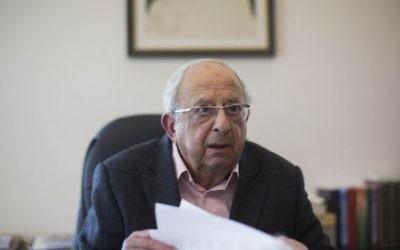 L'ancien président Yitzhak Navon à son bureau de Jerusalem en janvier 2014. (Crédit : Yonatan Sindel/Flash90)