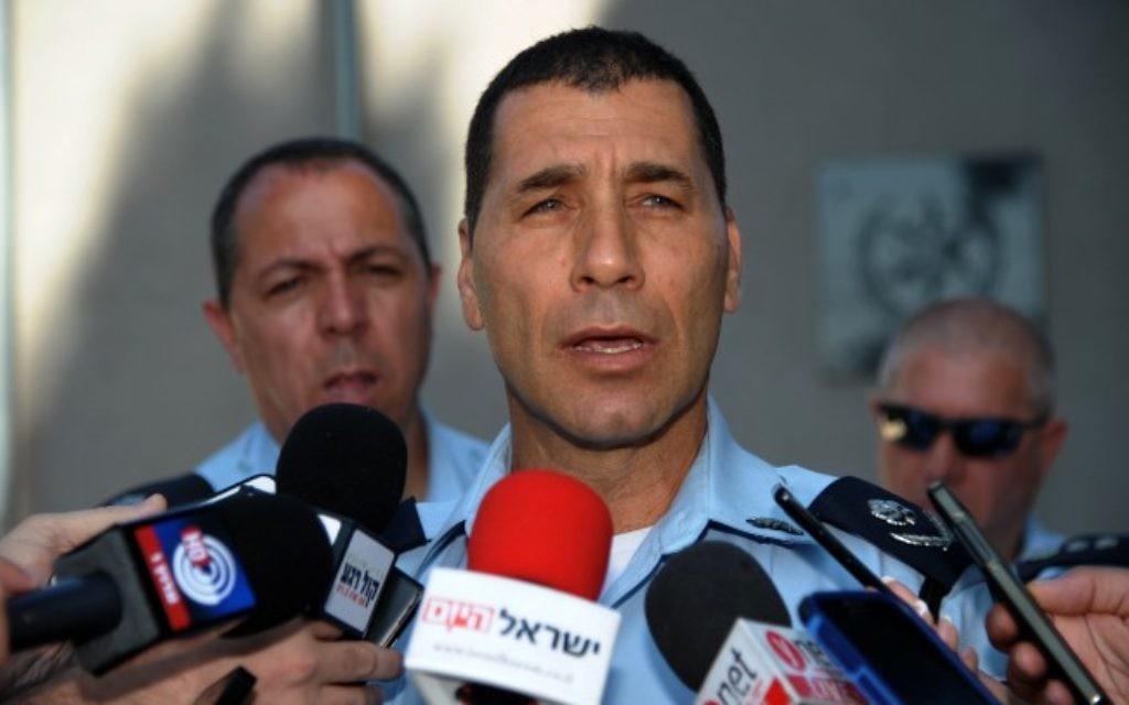 Nouvellement nommé sous-commissaire de la police d'Israël Zohar Dvir parle lors d'une conférence de presse le 6 juillet 2014. (Crédit : Gil Eliyahu / Flash90)