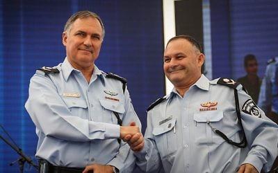 Le commissaire de la police d'Israël de l'époque Yohanan Danino (à gauche), et le commissaire-adjoint Nissim Mor lors d'une cérémonie pour les nouveaux agents de police au siège de la police à Jérusalem, le 22 septembre 2014 (Crédit : Flash90)