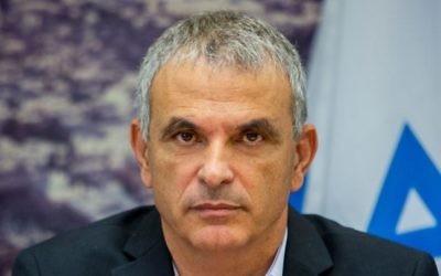 Le ministre des Finances Moshe Kahlon propose le budget de l'Etat 2015 au ministère des Finances à Jérusalem, le 2 août 2015 (Crédit : Yonatan Sindel / Flash90)