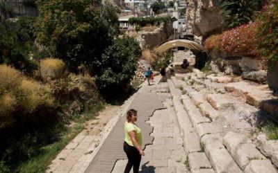 Des visiteurs à la Cité de David en août 2015 (Crédit : Yonatan Sindel/Flash90)
