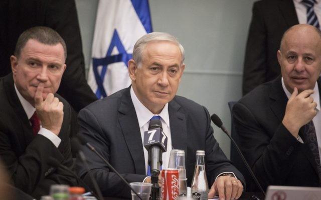 Le Premier ministre Benjamin Netanyahu assiste à la commission des Affaires étrangères et de la Défense à la Knesset, le 26 octobre  2015 (Crédit : Hadas Parush / Flash90)