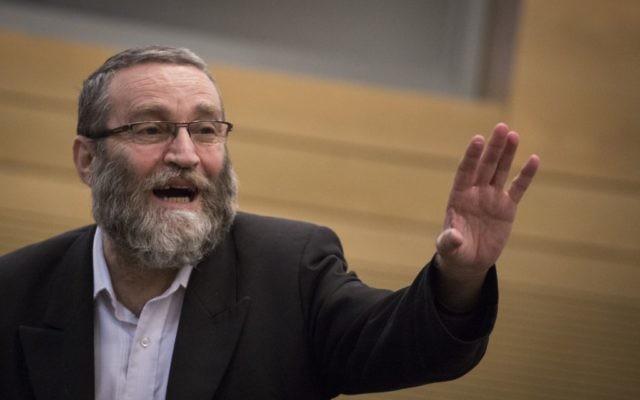 Le député Moshe Gafni du parti Yahadout HaTorah lors d'une réunion d'une commission de la Knesset, le 26 octobre 2015 (Crédit :  Hadas Parush / Flash90)