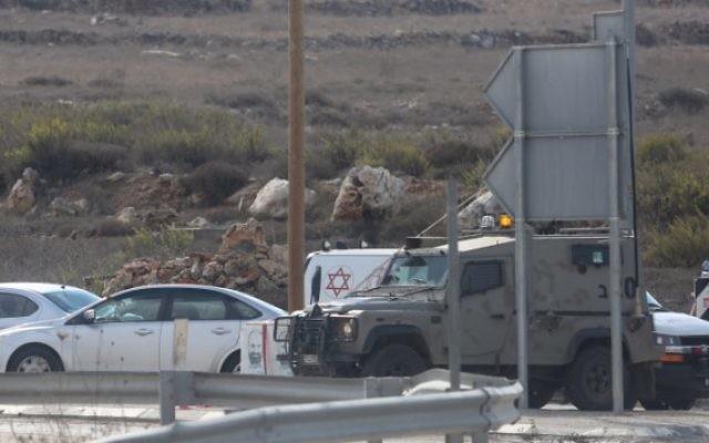 Le personnel médical arrive sur la scène de l'attaque à la jonction de Tapuah. (Crédit : Flash90)