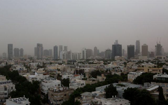 Tel-Aviv sous une tempête de poussière, le 4 novembre 2015 (Crédit : Miriam Alster / Flash90