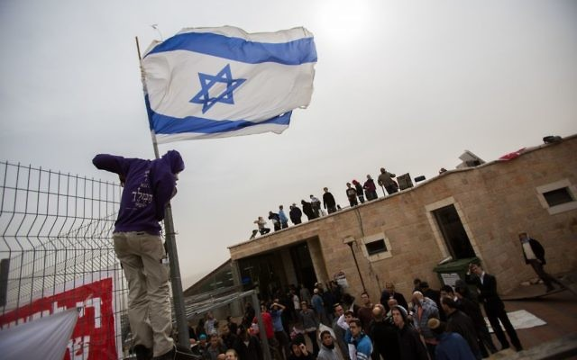 Les militants debout sur un toit à la synagogue Ayelet Hashahar dans l'implantation cisjordanienne de Givat Ze'ev, au nord de Jérusalem, le 4 novembre 2015 (Crédit : Yonatan Sindel / Flash90)