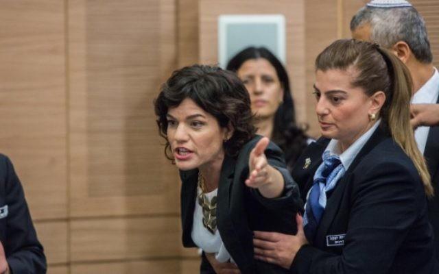 """La députée Tamar Zandberg est escortée hors d'un débat sur l'organisation anti-assimilation """"Lehava"""" lors d'une réunion de la commission des affaires intérieures au parlement israélien, le 10 novembre 2015 (Crédit : Yonatan Sindel / FLASH90)"""
