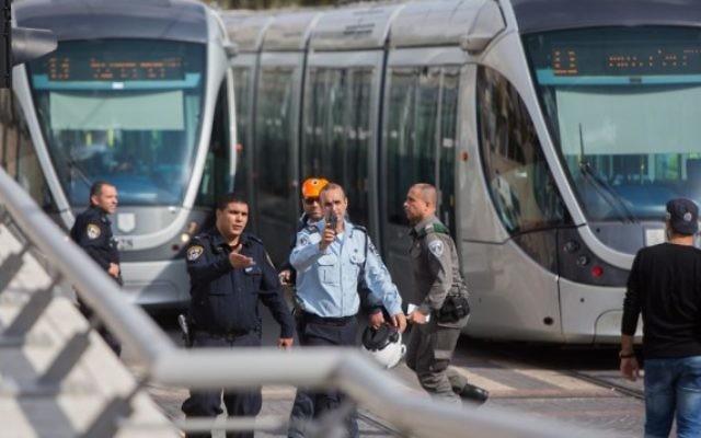 Les forces de sécurité israéliennes sur les lieux d'une attaque au couteau dans le quartier de Jérusalem de Pisgat Zeev, le 10 novembre 2015 (Crédit : Yonatan Sindel / Flash90)