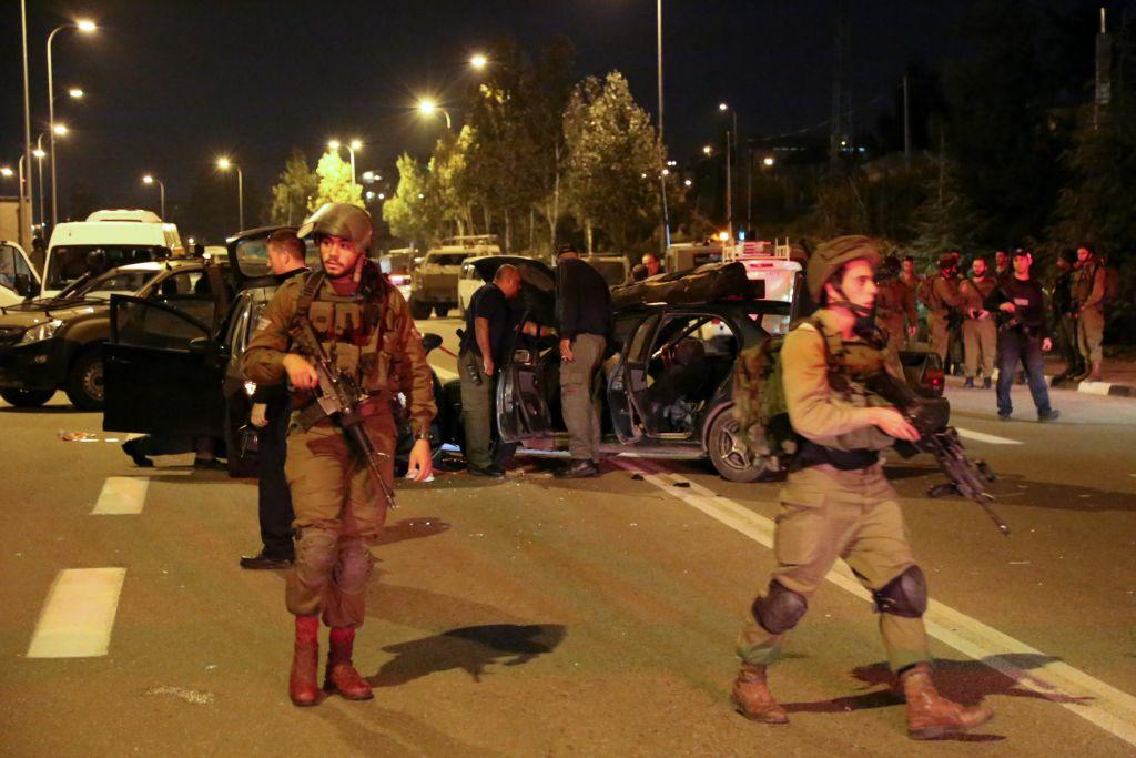 Les forces de sécurité israéliennes et les secouristes sur les lieux d'une fusillade près d'Alon Shvut, au Gush Etzion, le 19 novembre 2015 (Crédit :  Gershon Elinson / Flash90)