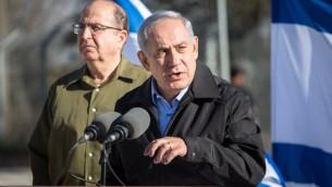 Le Premier ministre Benjamin Netanyahu et le ministre de la Défense Moshe Yaalon pendant une conférence de presse au Gush Etzion en Cisjordanie, le 23 novembre 2015. (Crédit : Emil Salman / Pool)