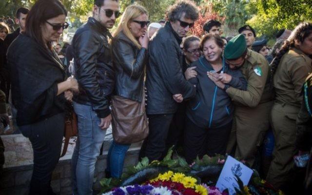 Les amis et la famille en deuil sur la tombe de Ziv Mizrahi lors de ses funérailles au cimetière militaire du mont Herzl à Jérusalem le 24 novembre 2015 (Crédit : Hadas Parush / Flash90)