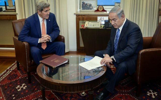 Le Premier ministre Benjamin Netanyahu (à droite) et le secrétaire d'Etat américain John Kerry, à Jérusalem, le 24 novembre 2015. (Crédit : Matty Stern/Ambassade des Etats-Unis à Tel Aviv)