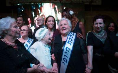 La survivante de l'Holocauste Rita Berkowitz, célèbre sa victoire à 83 ans à un concours de beauté à Haïfa le 24 novembre 2015. (Crédit : Yonatan Sindel / Flash90)