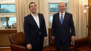 Le Premier ministre Benjamin Netanyahu avec son homologue grec Alexis Tsipras, au bureau de Netanyahu à Jérusalem le 25 novembre 2015 (Crédit : Haim Zach / GPO)