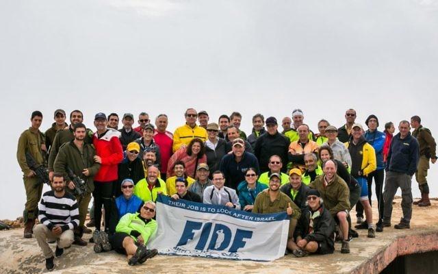 Les cyclistes de FIDF avec les soldats IDF au Mon Hermon (Crédit : FIDF)