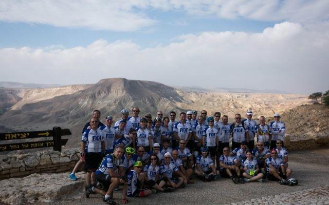 Les cyclistes FIDF  au tombeau de David Ben Gurion dans le Negev (Crédit : FIDF)