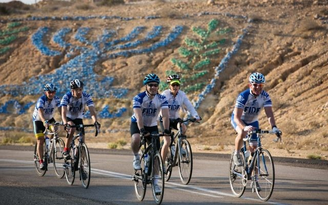 Jonathan Markowitz d'Evanston, Ill.; Jacob Dunn de San Francisco; Steve Derringer de Chicago; Ruth Wegner d'Evanston. Ill.; et Steve Diamond de San Diego - supporters de FIDF (Crédit : FIDF)