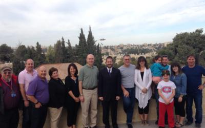 L'ancien député Dov Lipman avec le rabbin Fishman et ses fidèles à Jérusalem (Crédit : Autorisation)