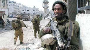 Un soldat de Tsahal à Naplouse monte la garde pendant l'opération Rempart en 2002 (Crédit : Unité du porte-parole de Tsahal/ Flickr)