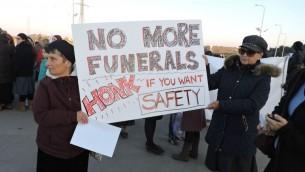 Des manifestantes appellent à une sécurité accrue dans le Gush Etzion, qui abrite environ 70 000 Juifs, le 23 novembre 2015  (Photo: Ben Sales)