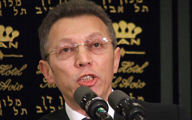 Arcadi Gaydamak lors d'une conférence de presse en 2007 (Crédit : Wikimedia Commons/ CC-SA 2.0/Lisa Goldman from Tel Aviv)
