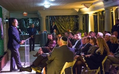 Rabbi Yechiel Eckstein parlant à la demeure de Haim Saban (Crédit : Silvia Mautner Photography)
