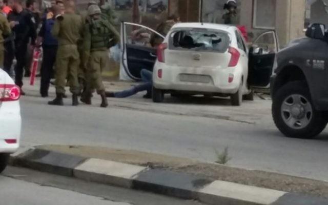 Des soldats sur la scène de l'attaque à la jonction de Tapuah, le 11 novembre (Crédit : Raya Bloch)