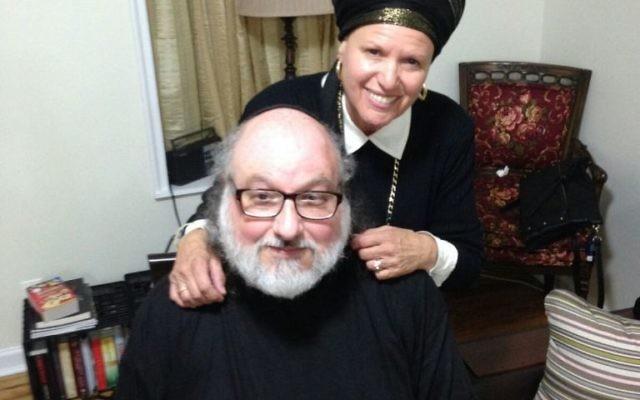 Jonathan Pollard après sa libération de prison, avec son épouse Esther, le 20 novembre 2015. (Crédit : Justice for Jonathan Pollard)