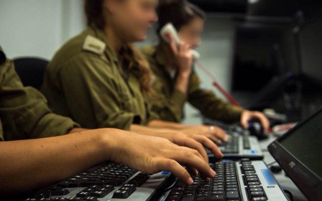 Le centre du commandement de tir du commandement du sud rassemble des informations à partir de plusieurs sources militaires pour identifier des cibles pour les frappes de Tsahal (Crédit : Unité du porte-parole de Tsahal)