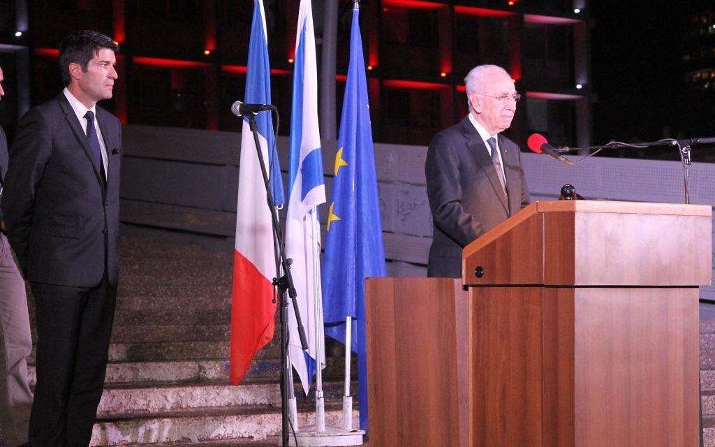 L'ancien président, Shimon Peres, au rassemblement en hommage aux victimes des attentats du 13 novembre 2015 à Paris, le 14 novembre 2015 (Crédit : Ambassade de France)