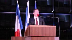 Le dirigeant de l'Union sioniste, Isaac Herzog, au rassemblement en hommage aux victimes des attentats du 13 novembre 2015 à Paris, le 14 novembre 2015 (Crédit : Ambassade de France)