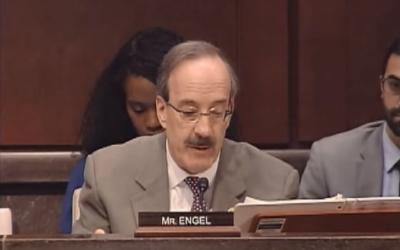 Le représentant démocrate de New York, Eliot Engel, lors d'une réunion d'anciens combattant le 25 novembre 2015 (Crédit : Capture d'écran YouTube)