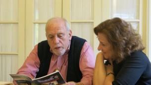 Le numismate amateur, Robert Messing  avec le professeur Clark Deborah Dwork à l'université du Massachusetts. (Crédit : Autorisation de l'Université Clark)