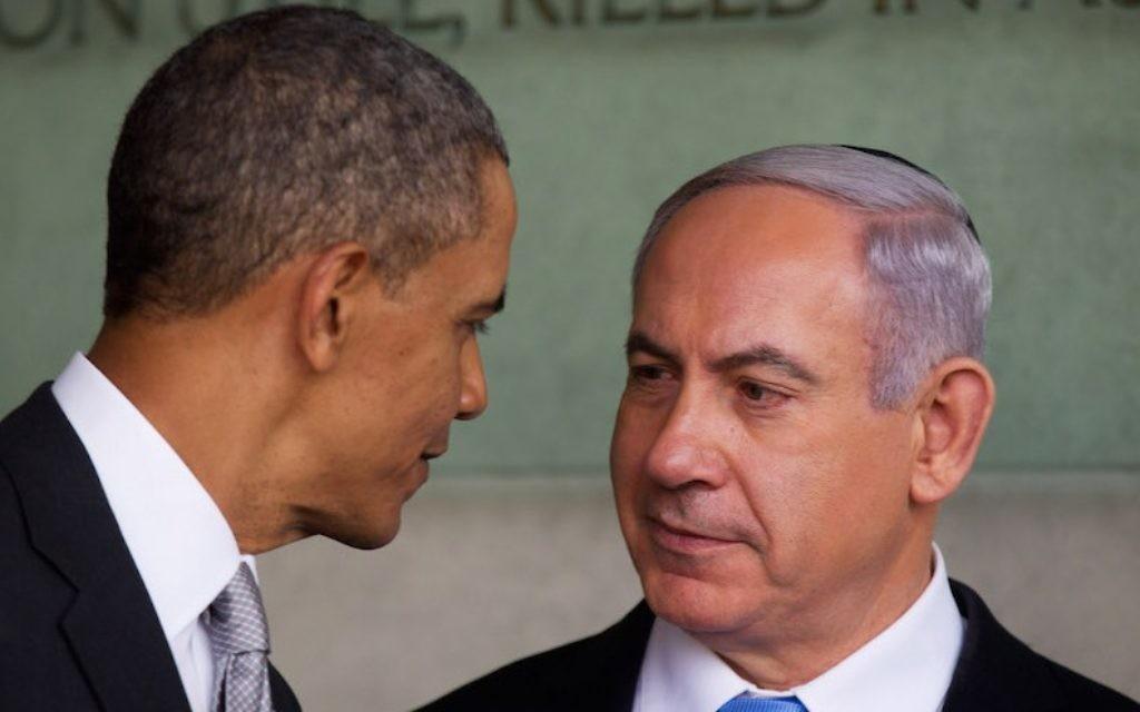 Le président américain Barack Obama (à gauche) et le Premier ministre Benjamin Netanyahu au musée Yad Vashem, le 22 mars 2013, à Jérusalem. (Crédit : Uriel Sinai/Getty Images/JTA)