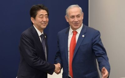 Les Premiers ministres japonais et israélien le 30 novembre 2011 (Crédit : Amos Ben-Gershom, GPO)
