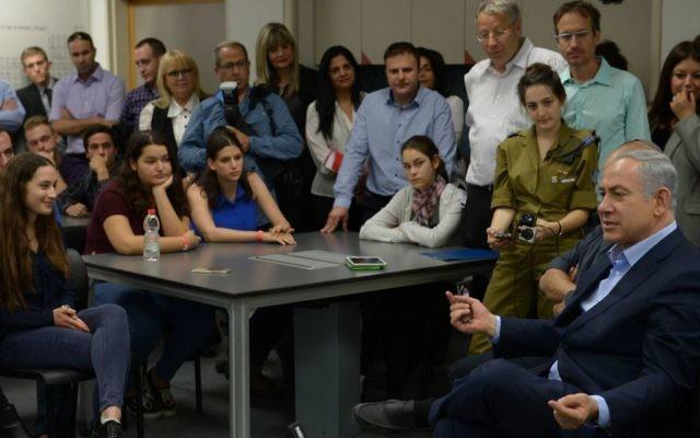 Le Premier ministre Netanyahu au Centre des sciences Hemda le 26 novembre (Crédit : Amos Ben-Gershom/GPO)