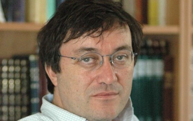 Le professeur Moshe Halbertal (Crédit : CC-BY-Tzahy Lerner, Wikimedia Commons)