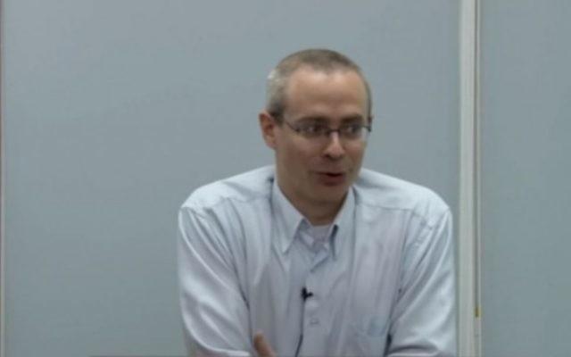 Ran Baratz donne une conférence au centre juif Statesmanship. (Crédit : capture d'écran: YouTube / mmedinaut)