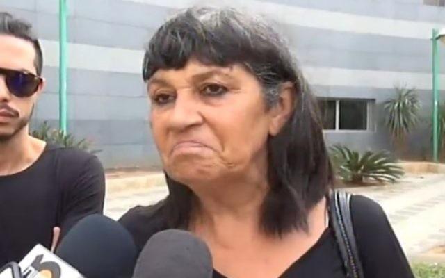 Ruti Malka, fille d'une femme poignardée dans une attaque terroriste à Rishon Lezion, parle à la presse le 3 novembre, 2015. (Crédit : capture d'écran Deuxième chaîne)