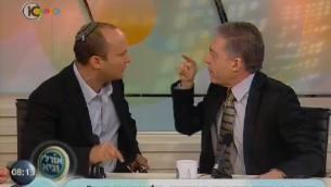 Le leader du parti HaBayit HaYehudi, Naftali Bennett, (à gauche) et l'ancien ministre travailliste , Yossi Beilin, lors d'un débat télévisé en 2012 (Capture d'écran Dixième chaîne)