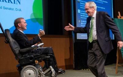 Le républicain  Jim Langevin, à gauche, de Rhode Island saluant l'ancien sénateur Tom Harkin de l'Iowa Ruderman Inclusion Summit à Boston, en novembre 2015 (Crédit : Noam Galai / via JTA)