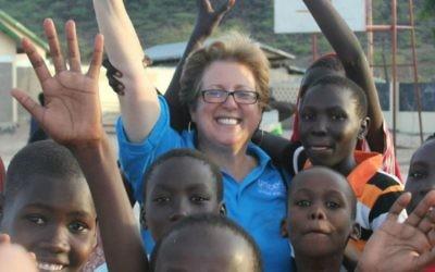 Caryl Stern, PDG du Fonds américain pour l'UNICEF, avec des enfants à Lodwar, Kenya. (Crédit : autorisation du Fonds américain pour l'UNICEF / via JTA)