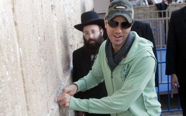 Enrique Iglesias en visite au mur Occidental de Jérusalem (Crédit : Olivier Fitoussi /Flash90)