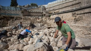 Des archéologues travaillant à proximité des vestiges de la citadelle et de la tour d'Acra dans la Cité de David à Jérusalem (Crédit photo: Yonatan Sindel / Flash90)