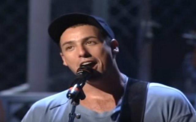 """Adam Sandler chantant """"The Chanukah Song"""" (Crédit : capture d'écran YouTube)"""