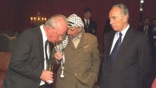 Yitzhak Rabin, à gauche, discute avec Yasser Arafat, au centre, et Shimon Peres après que les trois ont reçu le prix Nobel de la Paix à Oslo en 1994 (Crédit : GPO)