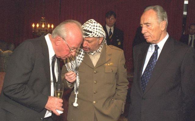 Yitzhak Rabin, (à gauche), discute avec Yasser Arafat, (au centre), et Shimon Peres après que les trois ont reçu le prix Nobel de la Paix à Oslo, en 1994. (Crédit : GPO)