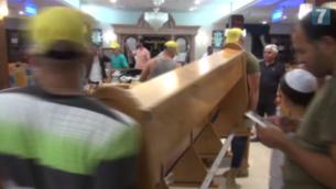 Des bancs sont retirés de la synagogue Ayelet Hashahar de Givat Zeev, le 9 août 2015 (capture d'écran Arutz 7)