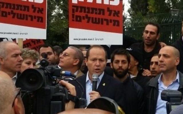 """Le maire de Jérusalem, Nir Barkat, lors d'une manifestation à la mi-Novembre appelant le ministre des Finances Moshe Kahlon de """"ne pas déconnecter de Jérusalem"""" (Photo: Autorisation / Municipalité de Jérusalem)"""