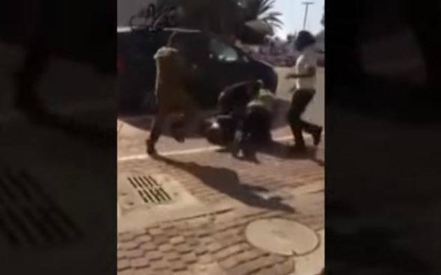 Une capture d'écran de la vidéo publiée de l'agression d'un jeune bédouin par des passants juifs le 8 novembre 2015, à l'extérieur d'un centre commercial de Beer Sheva (Crédit : Capture d'écran / YouTube)
